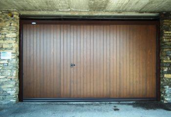 porta basculante, rivestita in legno con porta pedonale